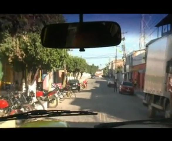 """Os criminosos foram presos após abandonarem a vítima de sequestro relâmpago na """"Estrada Sentido"""", na cidade de Guaiúba."""