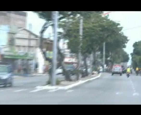 A vítima foi perseguida até uma oficina na Avenida Coronel de Carvalho, onde foi assassinada com vários tiros.
