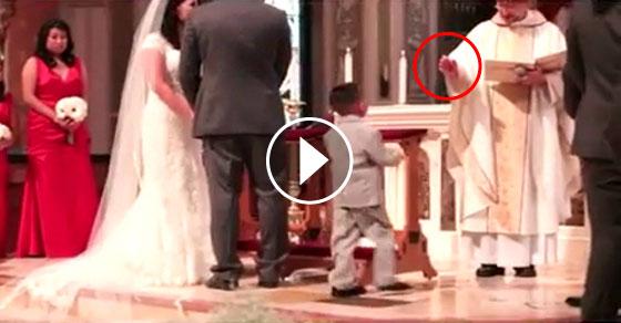 Padre coloca mão sobre cabeça de criança num casamento e o impensável acontece...