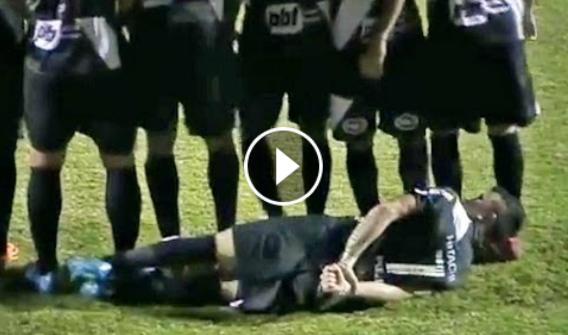 Jogador brasileiro faz barreira... mas não vais acreditar como se colocou!